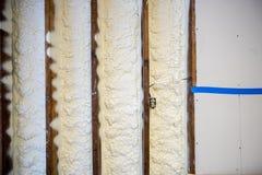 Stängd isolering för cellsprejskum på en vägg Arkivfoton