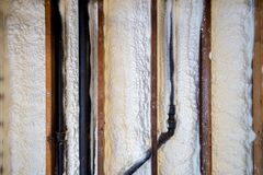 Stängd isolering för cellsprejskum på en vägg Royaltyfri Foto