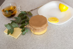 Stängd liten krus med läcker citronkurd Arkivbild