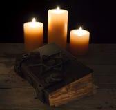 Stängd magisk bok med stearinljus Royaltyfri Bild