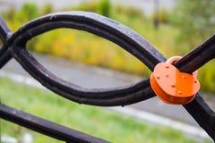 Stängd röd hänglås på järnstaketet av bron Lås som hjärta Symb Royaltyfri Fotografi