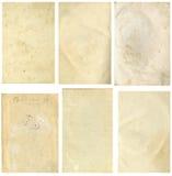 Stängd sömlös bild av ett ark av gammalt gulnat papper med mörka bruna fläckar, spår av tid Arkivfoto
