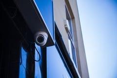 Stängd-strömkrets kamera, CCTV-fabrik, på mörk bakgrund royaltyfria bilder