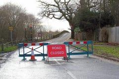 Stängd tecken och barriär för väg. royaltyfria bilder