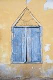 Stängd träfönsterrullgardin Royaltyfri Bild