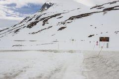 Stängd väg 63 till Geiranger - Norge Arkivfoton