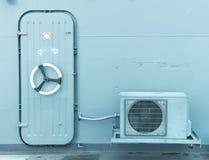 Stängd vattentät dörr med den utomhus- luftkompressorn Arkivfoto