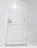 Stängd vit inhemsk dörr tom interior Arkivfoto