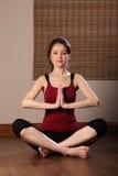 stängda ögon som mediterar orientaliskt kvinnabarn Royaltyfri Bild