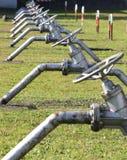 Stängda av ventiler för att stänga rören i det stora industriellt Royaltyfri Bild