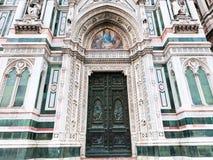 Stängda dörrar av Florence Cathedral i morgon Royaltyfria Foton