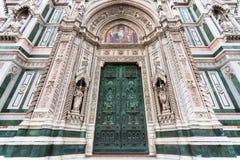 Stängda dörrar av Florence Duomo Cathedral Royaltyfria Bilder