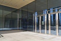 Stängda dörrar i modern stor glass byggnad Arkivfoto