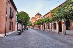(Stängda) gator och medeltida mässa i Alcala de Henares, gryningdur Arkivbilder