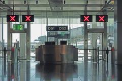 Stängda portar för flygplatsavvikelsevardagsrum Arkivbild