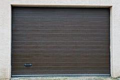 Stängda portar på fasaden av ett privat garage Royaltyfri Foto