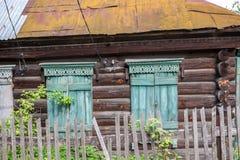 Stängda slutare av det gamla byhuset arkivbilder