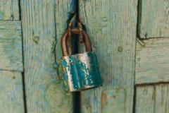 Stängde den gamla dörren överst av den inställda slotten arkivfoton