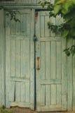 Stängde den gamla dörren överst av den inställda slotten royaltyfri bild