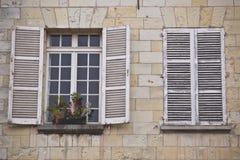 Stängde med fönsterluckor fönster. arkivbild