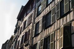 Stängde med fönsterluckor fönster i morgonen i Bayonne Frankrike Arkivfoto