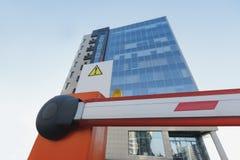 Stängde porten på drive-in- kontorsbyggnad arkivfoton
