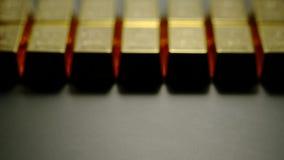 Stänger av guld somfyller den svarta yttersidan arkivfilmer