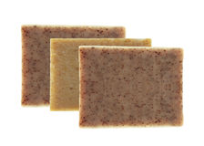 Stänger av naturlig tvål med torkade örter som isoleras på vit arkivfoto