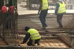 Stänger för stänger för byggmästarehandarbetemetall in i ramreinforcemen Arkivfoto