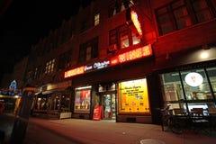 Stänger för den Greenwich byn och shoppar vid natten, NY, USA Arkivbild