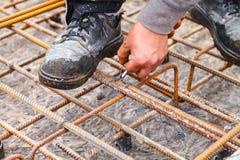 Stänger för förstärkning för arbetarbandstål med tråd Arkivbild