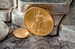 Stänger för USA guld- Eagle Coin Saint-Gaudens & silver royaltyfria foton