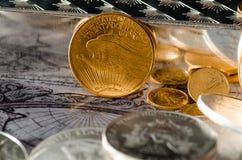Stänger för USA guld- Eagle Coin Saint-Gaudens & silver arkivbild