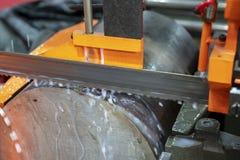 Stängerna för metaller för bandsågmaskinklipp de rå arkivfoto