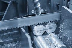 Stängerna för metaller för bandsågmaskinklipp de rå royaltyfri foto