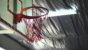 Stängning av basketbollen i gymmet lager videofilmer