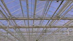 Stängning för tak för Tid schackningsperiod i växthuset, processen av att stänga exponeringsglastaket i ett stort modernt växthus arkivfilmer