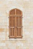 Stängt fönster av gammal byggnad med rullgardiner Royaltyfri Bild