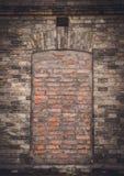 Stängt fönster i en gammal vägg Gamling och blindhet royaltyfria foton