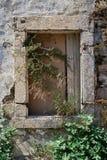 Stängt gammalt fönster Arkivbild