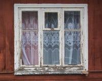 Stängt gammalt fönster på en åldrig trävägg Royaltyfri Fotografi