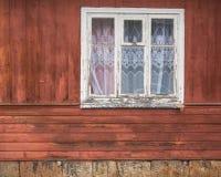 Stängt gammalt fönster på en åldrig trävägg Arkivbild