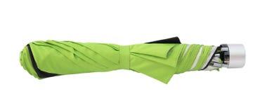 Stängt grönt paraply som isoleras på vit Arkivfoto