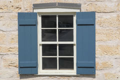 Stängt med fönsterluckor fönster i en stenbyggnad i Fredericksburg Texas Royaltyfria Bilder