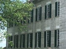 Stängt med fönsterluckor fönsterperspektiv historiska hem- Shaker Village Arkivbild