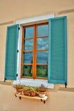stängt med fönsterluckor krickafönster Fotografering för Bildbyråer