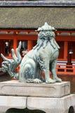Stängt munlejon på itsukushimaShintorelikskrin Arkivbild