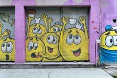 Stängt shoppa yttersida med metalldörren som täckas med färgrika grafitti, det Karakoy området, Istanbul, Turkiet Royaltyfria Foton