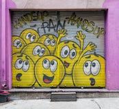 Stängt shoppa yttersida med metalldörren som täckas med färgrika grafitti, det Karakoy området, Istanbul, Turkiet Arkivbild