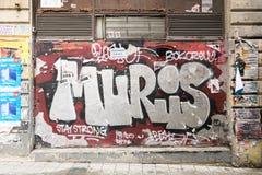 Stängt shoppa yttersida med metalldörren som täckas med färgrika grafitti, Istanbul, Turkiet Fotografering för Bildbyråer